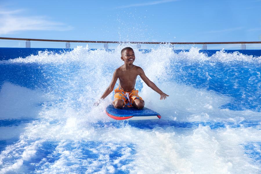 FlowRider é uma das atividades para as crianças dos navios da Royal Caribbean