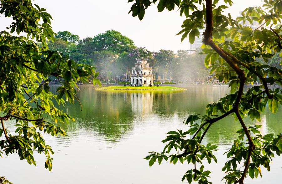 templo no Lago Hoan Kiem, uma das atrações no Vietnã - um dos destinos em um cruzeiro pela Ásia